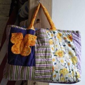 Capiente borsa patchwork imbottita, realizzata in tessuto di cotone 100% americano.