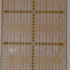 Regolo universale con scala in pollici o in cm, in plastica trasparente. Dimensioni: 10x 45 cm.
