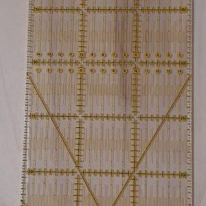 Regolo universale con scala in pollici o in cm, in plastica trasparente. Dimensioni: 15 x 60 cm.
