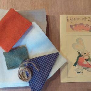 Kit competo di: tessuto, accessori, istruzioni e modello per realizzare il prodotto.