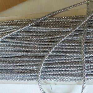 Cordoncino argento. altezza: 3 mm.