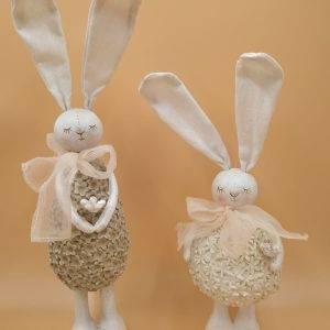 Coniglietti in resina, con orecchie in stoffa, animate, e fiocco in organza.